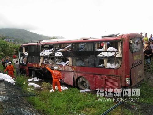 沈海高速公路霞浦路段客车翻车十一人受伤