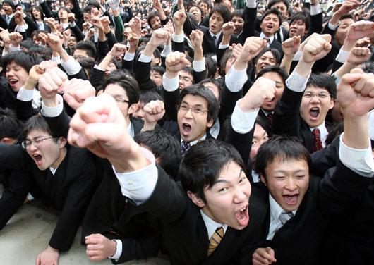 会上振臂高呼,为自己加油打气.-日本大学生求职集会上为自己加油