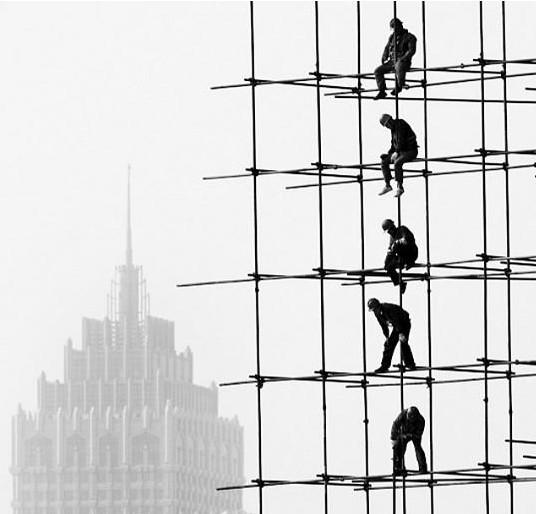 """一些建筑工人从""""忙不完""""变为""""找工做""""-楼市降温高铁放缓 厦门建"""