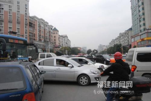 福建宁德市区一繁华路口人车混杂 安全堪忧